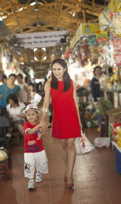 Thanh Thúy dẫn con trai đi chợ